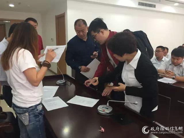 9点以前汽车投标厂家正在签到,递交投标文件