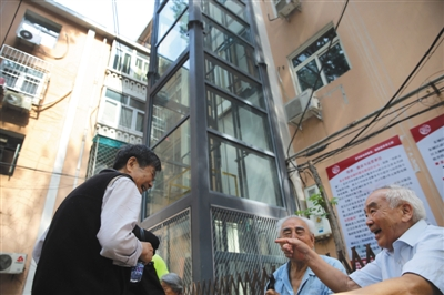 北京首个老楼外挂电梯正式投入使用