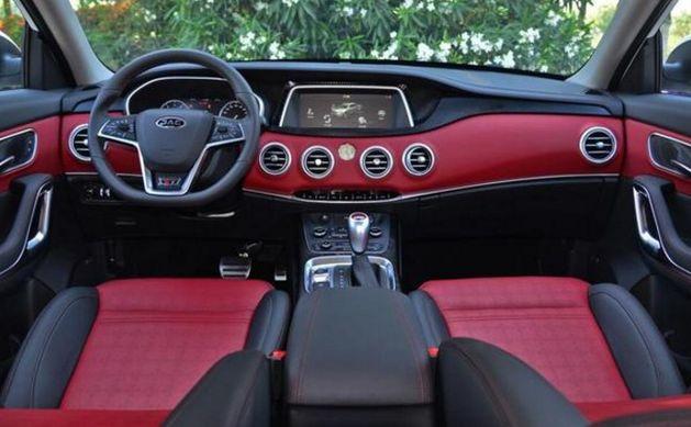 新车在内饰方面采用红黑双色系
