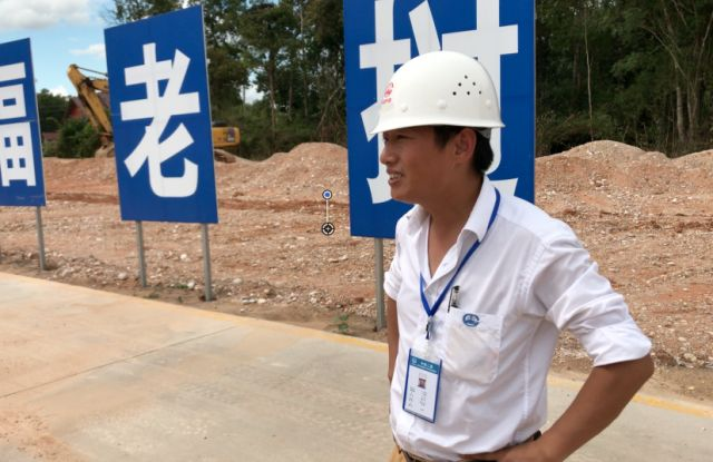 和中国人一起修铁路 这个老挝小伙有点儿嗨!