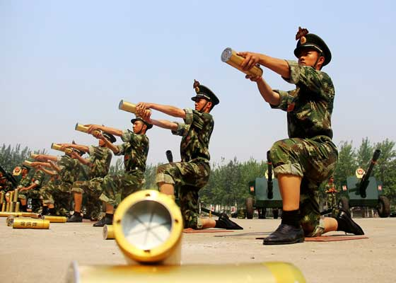 新炮手练习递弹动作。龚松 摄