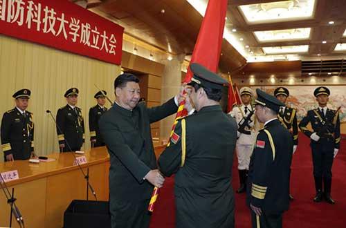 这是习近平将军旗郑重授予军事科学院院长杨学军、政治委员方向。