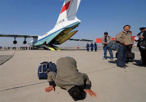 空军4架运输机接运我在利比亚人员安全抵京,受困同胞亲吻祖国大地