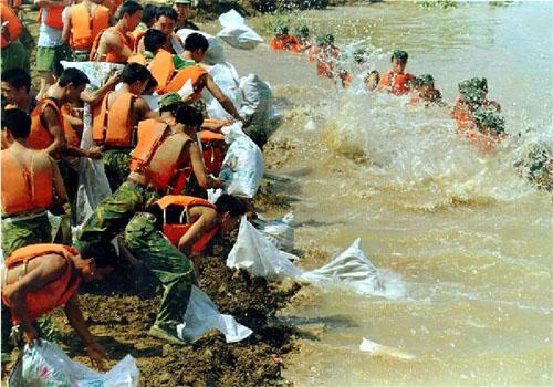 解放军以血肉之躯挡住肆虐的洪水,降低洪水的冲击力,同时加固堤防