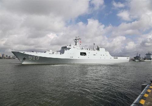 搭载驻吉布提保障基地官兵的舰船在广东湛江某军港码头解缆起航