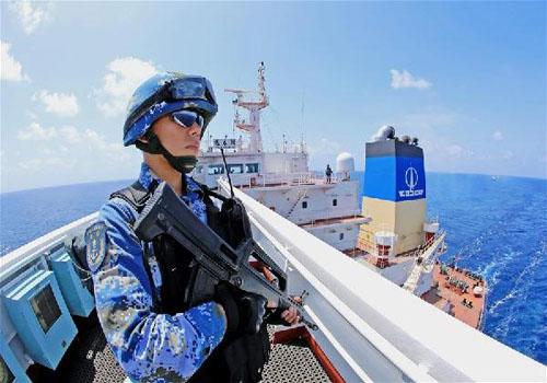 """在中国籍""""远春湖""""号油轮上执行随船护卫任务的特战队员在警戒巡视"""