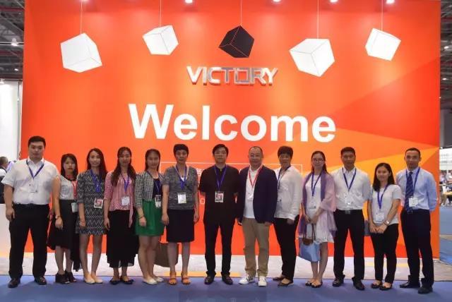 百利集团高管与广州市家具行业协会领导合照