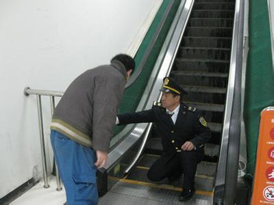 贵阳市高新区质监分局检查人员密集场所电梯安全