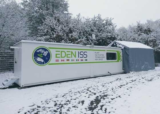 这是Eden-ISS集装箱农场首次在南极洲亮相之前,德国航空航天中心的研究人员正在德国不莱梅的本部测试水果和蔬菜的培育。这座温室依靠的是垂直农场技术,食物将在托盘或者悬挂的平台上生长,依靠LED灯而非自然阳光照射。
