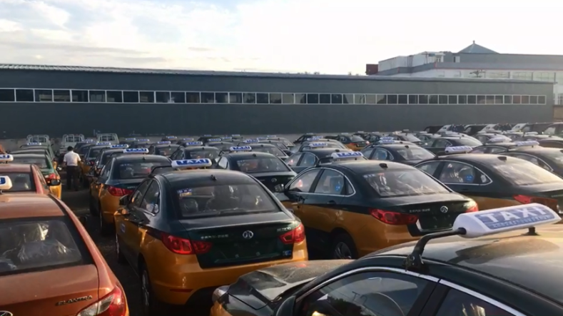 首批EU300充换电出租车在京交付使用