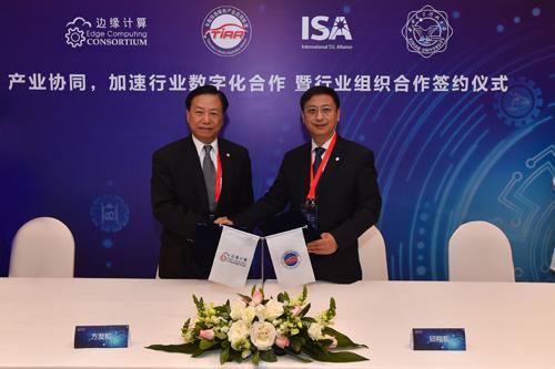 ECC副理事长方发和(左)与ISA副秘书长杨鹤(右)签署战略合作协议