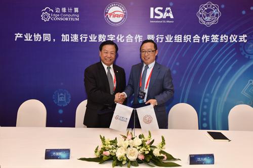ECC副理事长方发和(左)与西安电子科技大学通信工程学院院长沈八中(右)签署战略合作协议