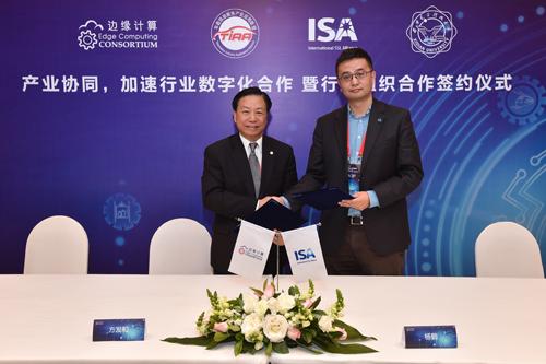 ECC副理事长方发和(左)与TIAA联盟副理事长邱翔东(右)签署战略合作协议