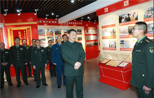 习近平来到第71集团军某旅王杰生前所在连,视察连队荣誉室