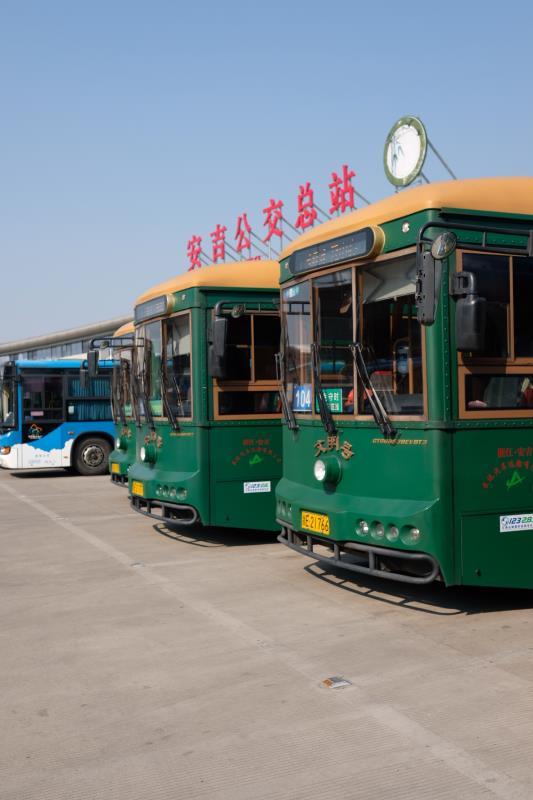"""35辆银隆纯电铛铛车守护安吉""""绿水青山"""""""
