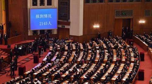 中国人民政治协商会议第十三届全国委员会第一次会议开幕前,政协委员入场。