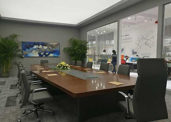 以屏风和桌屏二种形式组成的员工工作站,是现今办公空间最多采用的家具布置模块,我们赋予齐备的生活化软装,让参观者体验新的办公思维。