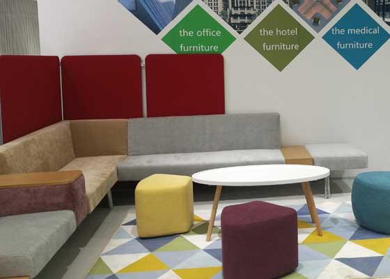 流畅的座椅与适度的空间,正是现代生活化办公室不可或缺的公共交流区域。