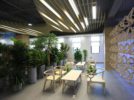 """恒林整装办公环境体验馆的设计理念是""""一步一景"""",用多元化区域与产品功能来展现体验感,体现既能高效地工作,又能得到适度的放松。"""