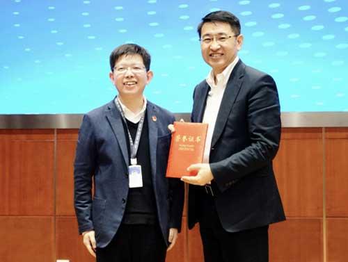 天津市大数据管理中心党委书记、主任边柯柯为于英涛颁发荣誉证书