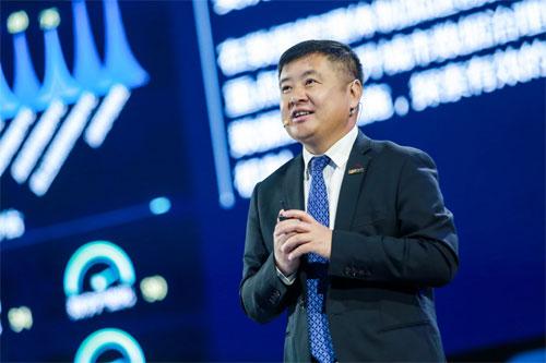 新华三集团副总裁、解决方案部总裁李立在峰会现场发布2019版白皮书