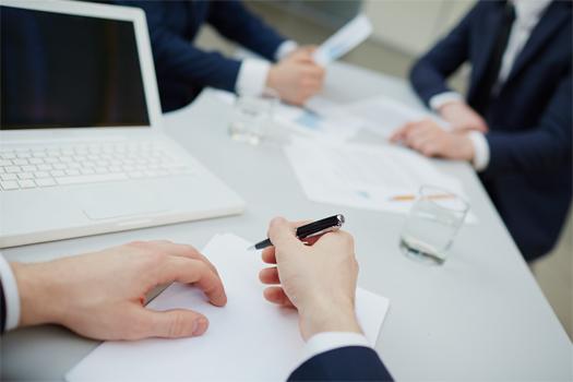 如何判定不同供應商是否存在直接控股或管理關系?
