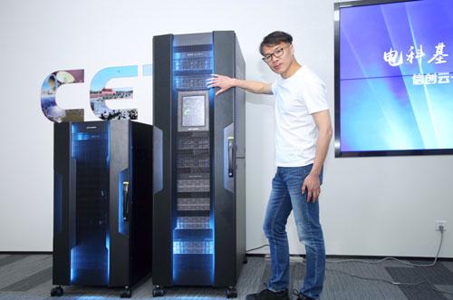 中国电科云公司产品总监陈乐翀现场演示信创云一体机