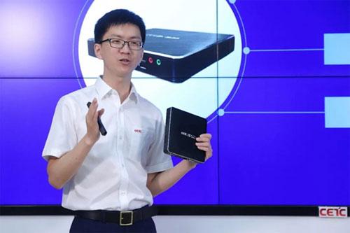 中国电科云公司产品经理王承均现场演示信创云终端