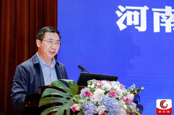河南省財政廳政府采購監督管理處處長鄧清海在15屆全國政府采購監管峰會上做主題講演