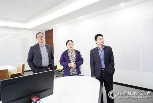 江苏省政府采购中心主任薛子成、副主任马云飞向政府采购信息报社创办社长兼总编辑刘亚利介绍该中心的评标环境。